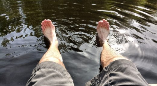 Repos des pieds dans l'eau